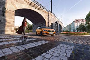 Fotos & Bilder Skoda Brücken Hunde Orange Metallisch Fabia, (Worldwide), 2021 Autos Mädchens Tiere
