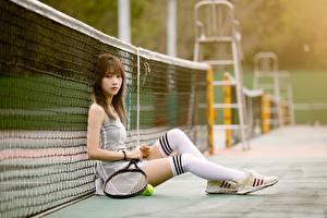 デスクトップの壁紙、、テニス、アジア人、ボケ写真、グリッド、座っ、制服、脚、ニーソックス、スニーカー、若い女性、