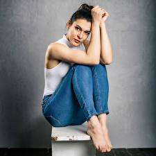 Bakgrundsbilder på skrivbordet Brunett tjej Sitter Poserar Jeans Ett linne Blick Angelina