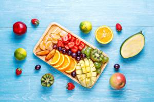 Fotos & Bilder Äpfel Kiwi Mandarine Weintraube Mango Erdbeeren Obst Lebensmittel