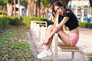 Hintergrundbilder Asiaten Bank (Möbel) Sitzen Bein Shorts Starren Mädchens