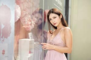 Bakgrunnsbilder Asiatisk Brunt hår kvinne Ser Hender Reflektert Glass ung kvinne