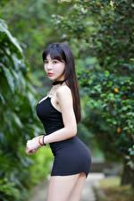 Hintergrundbilder Asiatisches Brünette Kleid Pose Starren Unscharfer Hintergrund junge frau