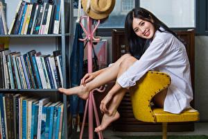 Fonds d'écran Asiatique Cheveux noirs Fille Assis Chemise manches longues Sourire Jambe Regard fixé jeune femme