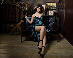 Fotos & Bilder Asiatische Brünette Sofa Sitzend Kleid Bein Mädchens