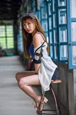 Fotos Asiatische Stuhl Sitzend Bein Blick Mädchens