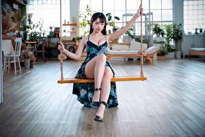 Fotos & Bilder Asiatische Kleid Bein Schaukel Sitzend Blick Mädchens