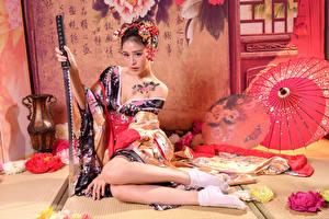 Bakgrunnsbilder Asiater Katana Kimono Sitter Ben Blikk Unge_kvinner