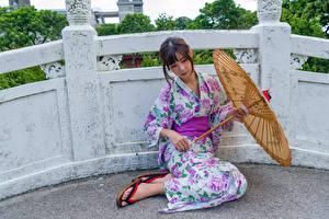 Fotos & Bilder Asiatische Kimono Regenschirm Sitzend Mädchens