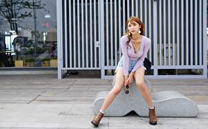 Fotos Asiatisches Pose Bein Shorts Bluse Blick junge frau