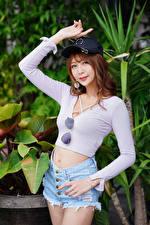 Bilder Asiaten Posiert Shorts Bluse Baseballkappe Starren junge frau