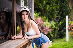Фотографии Азиаты Поза Майке Кепке Коса Взгляд молодая женщина