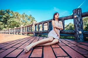 Fotos Asiaten Sitzend Kleid Bein junge frau