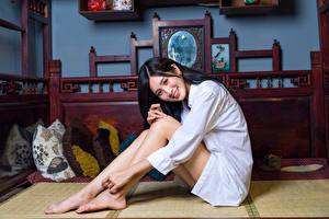 Fonds d'écran Asiatiques Assise Chemise manches longues Sourire Jambe Cheveux noirs Fille Filles