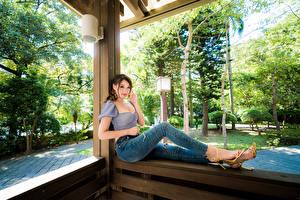 Hintergrundbilder Asiatische Sitzt Jeans Bluse Starren junge Frauen