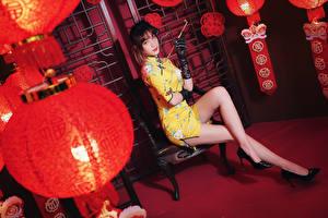 Hintergrundbilder Asiatische Sitzen Bein Kleid Laterne Handschuh Blick Mädchens