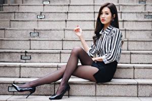 Fotos Asiaten Sitzend Treppen Bein Strumpfhose High Heels Rock Bluse Brünette junge frau