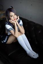 Hintergrundbilder Asiatische Sitzt Uniform Bein Long Socken Blick Schülerin junge frau