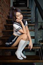 Fotos & Bilder Asiatische Stiege Sitzend Uniform Long Socken Schülerin Pose Mädchens