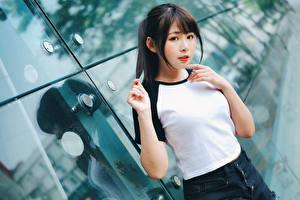 Bureaubladachtergronden Aziaten T-shirt Kijkt jonge vrouw