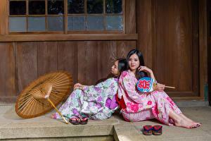 Hintergrundbilder Asiatisches Zwei Sitzt Regenschirm Kimono Brünette junge frau