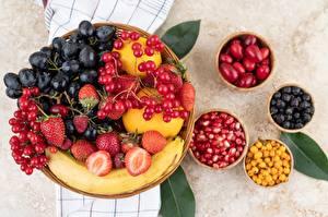 Fotos & Bilder Bananen Weintraube Erdbeeren Äpfel Granatapfel Obst Lebensmittel
