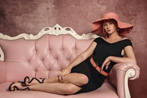 Fotos Blond Mädchen Sofa Kleid Der Hut Blick Bein Mädchens