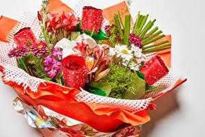 Fotos & Bilder Sträuße Rosen Levkojen Lilien Dahlien Kamillen Grauer Hintergrund Blumen