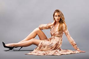 Hintergrundbilder Sitzend Kleid Bein High Heels Starren Brenda Mädchens