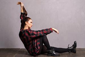 Hintergrundbilder Sitzt Bein Hemd Boots Busella junge frau
