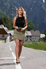 Bilder Cara Mell Blondine Bein Rock Unterhemd