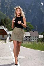 Bilder Cara Mell Blondine Posiert Bein Rock Starren junge Frauen
