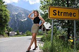 Bilder Cara Mell Blond Mädchen Posiert Bein Rock Unterhemd Blick Mädchens