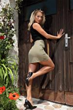 Fonds d'écran Cara Mell Blondeur Fille La pose Jambe Talon haut Jupe Voir jeunes femmes