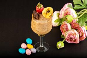 Papel de Parede Desktop Chocolate Morangos Drageia Ranunculus Sobremesa Copo de vinho Fundo preto Alimentos Flores