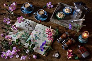 Fotos Waldreben Stillleben Kaffee Cappuccino Törtchen Petroleumlampe Taschenuhr Bretter Tasse Buch Brille Blumen