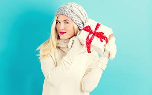 Fotos Farbigen hintergrund Blond Mädchen Starren Geschenke Mütze Rote Lippen Mädchens