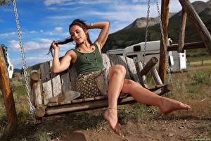 Bilder Elena Generi Schaukel Bein Rock Unterhemd
