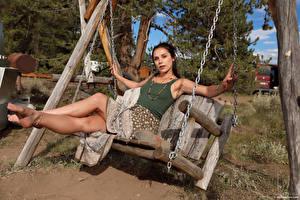 Bilder Elena Generi Schaukel Sitzen Bein Blick Mädchens