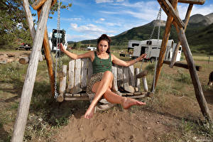 Fotos Elena Generi Schaukel Sitzt Bein Starren Mädchens