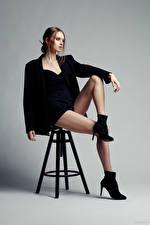 Bakgrunnsbilder Evgeniy Bulatov Modell En stol Sitter Ben Kortbukse Dressjakke Eva Alekseenko Unge_kvinner