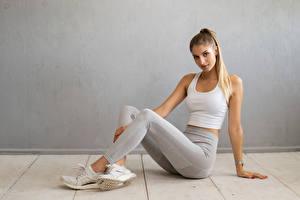 Bilder Fitness Sitzt Bein Unterhemd Blick Miriam Mädchens