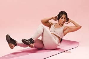 Bakgrundsbilder på skrivbordet Fitness Rosa bakgrund Uniform Brunett tjej Hand Poserar Fysisk träning Ben Sportskor Unga_kvinnor