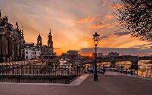 Bakgrunnsbilder Tyskland Dresden Kveld Bygninger Elver Elv En bro Gatelykter en by