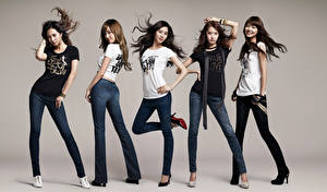 Bakgrundsbilder på skrivbordet Pose Leende Brunett tjej Grå bakgrund T-skjorta Händer Ben Jeans Girls Generation, Korean Kändisar Unga_kvinnor