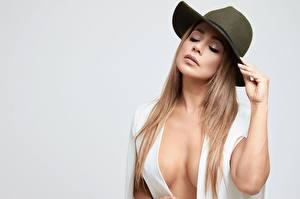 Fotos & Bilder Der Hut Kleid Hand Dekolleté Grauer Hintergrund Brust Mädchens