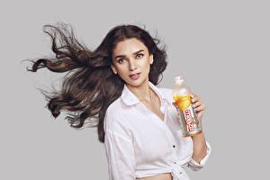 Bakgrundsbilder på skrivbordet Indiska Skjorta Hår Blick Flaska Brunett tjej Aditi Rao Hydari Kändisar Unga_kvinnor