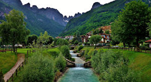 Papel de Parede Desktop Itália Montanhas Casa Alpes árvores Molveno Naturaleza