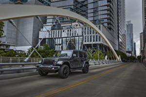 Картинка Jeep SUV Серый Металлик Едущий 2021 Wrangler Unlimited High Altitude 4xe машина