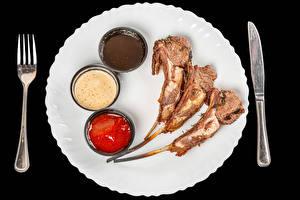 Fotos & Bilder Messer Fleischwaren Schwarzer Hintergrund Teller Gabel Ketchup Lebensmittel